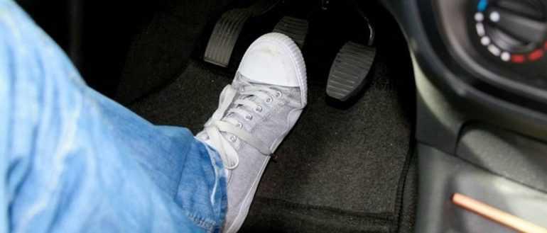 Что делать, если при торможении бьет педаль тормоза