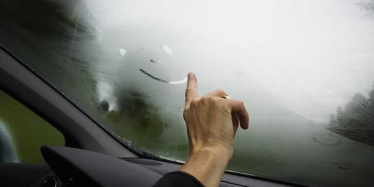 Как предотвратить запотевание стекол в салоне автомобиля?
