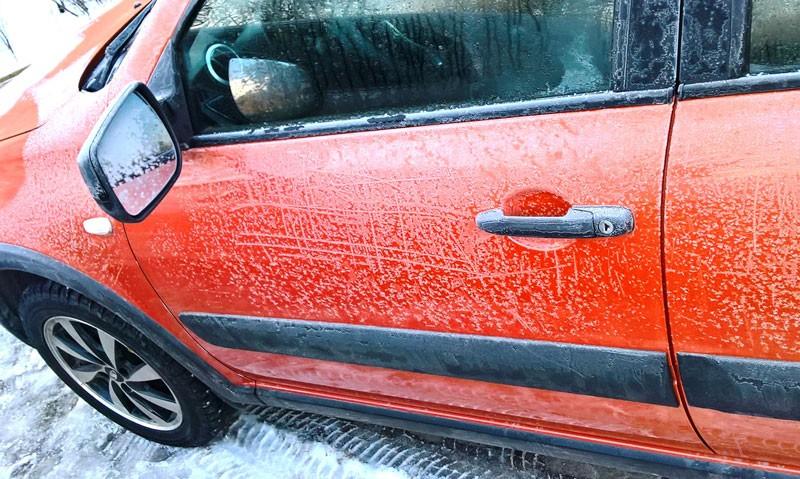 дверь автомобиля зимой